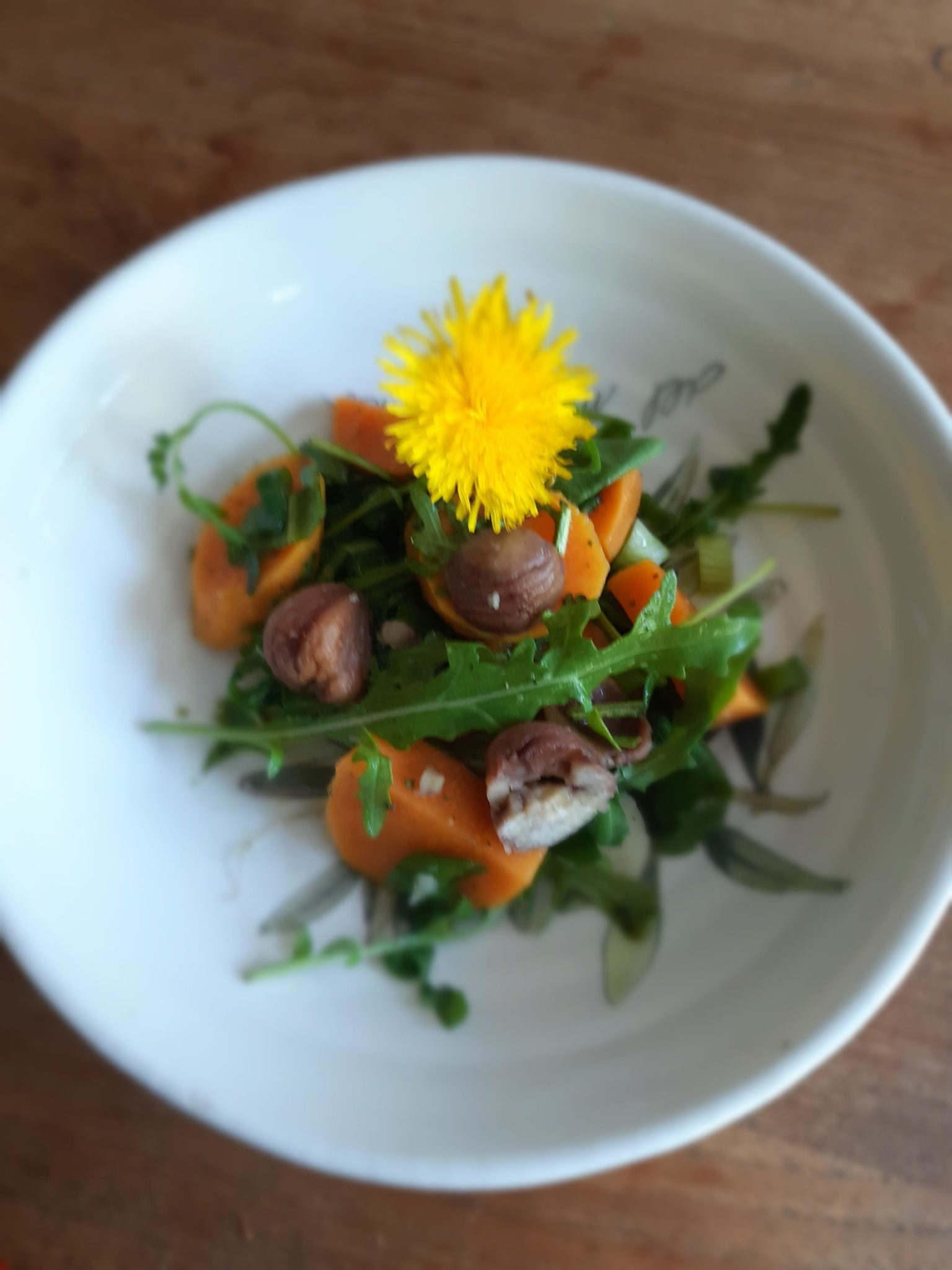 Kartoffelsalat mit Löwenzahnblätter